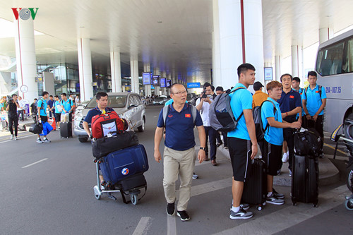 national team receives warm welcome upon arrival home hinh 10