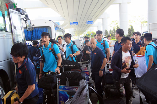 national team receives warm welcome upon arrival home hinh 11
