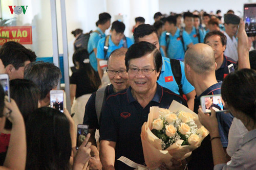 national team receives warm welcome upon arrival home hinh 2