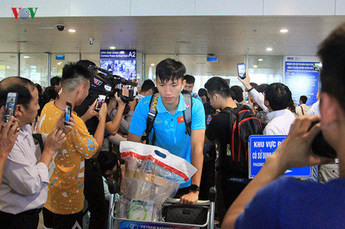 national team receives warm welcome upon arrival home hinh 5