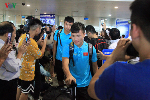 national team receives warm welcome upon arrival home hinh 6