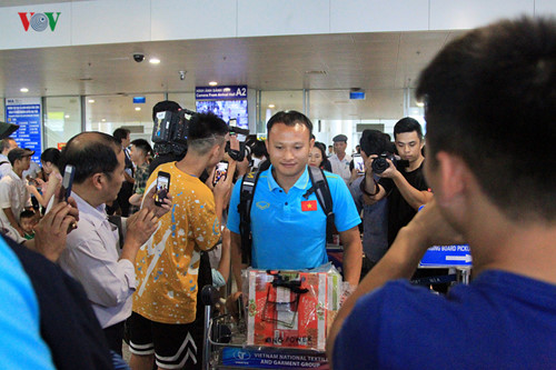 national team receives warm welcome upon arrival home hinh 8
