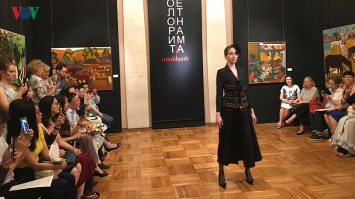 ao dai goes on display thanks to vietnamese designer in russia hinh 3