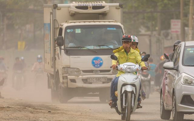 exhibition showcases urban pollution in vietnam hinh 4