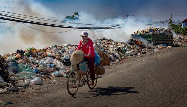 exhibition showcases urban pollution in vietnam hinh 7