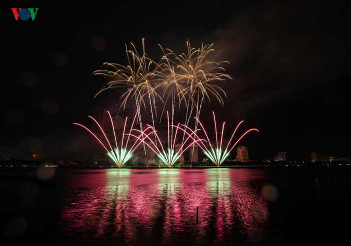 finnish and italian teams display spectacular fireworks at 2019 da nang festival hinh 10