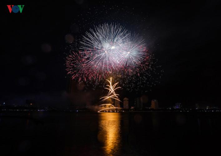 finnish and italian teams display spectacular fireworks at 2019 da nang festival hinh 11