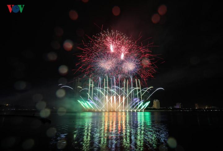 finnish and italian teams display spectacular fireworks at 2019 da nang festival hinh 12