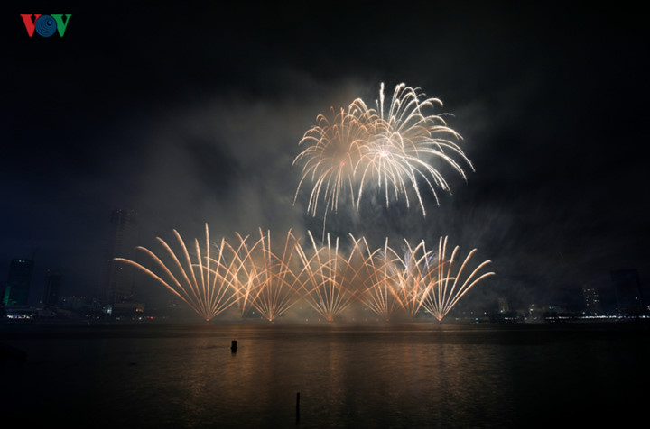 finnish and italian teams display spectacular fireworks at 2019 da nang festival hinh 16