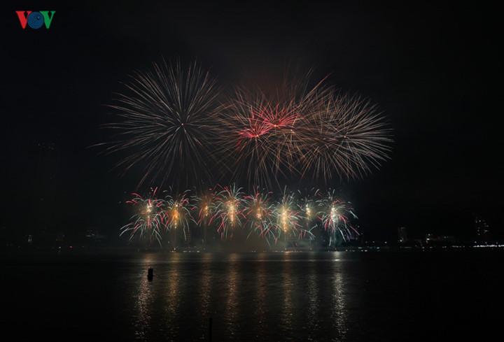 finnish and italian teams display spectacular fireworks at 2019 da nang festival hinh 17