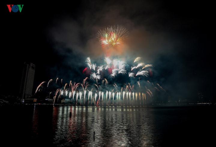 finnish and italian teams display spectacular fireworks at 2019 da nang festival hinh 18