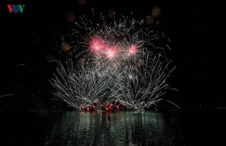 finnish and italian teams display spectacular fireworks at 2019 da nang festival hinh 1
