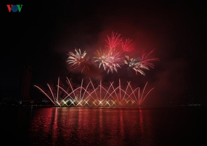 finnish and italian teams display spectacular fireworks at 2019 da nang festival hinh 19