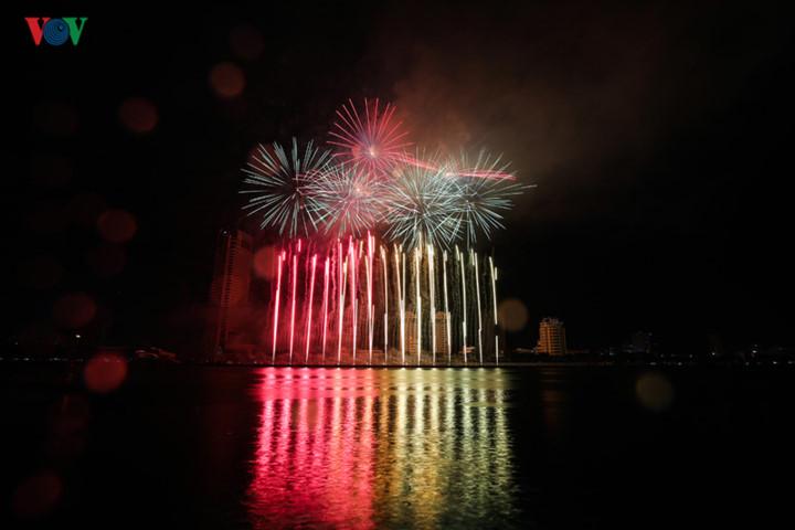 finnish and italian teams display spectacular fireworks at 2019 da nang festival hinh 3
