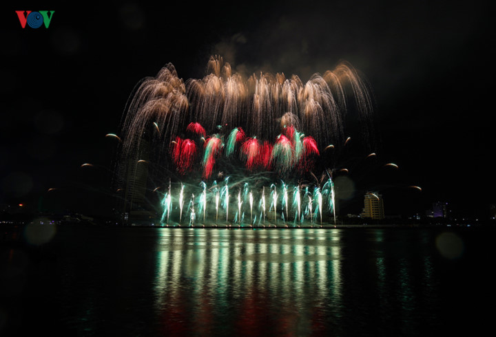 finnish and italian teams display spectacular fireworks at 2019 da nang festival hinh 4