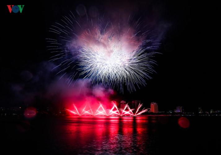 finnish and italian teams display spectacular fireworks at 2019 da nang festival hinh 5