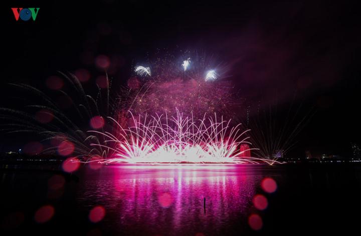 finnish and italian teams display spectacular fireworks at 2019 da nang festival hinh 8