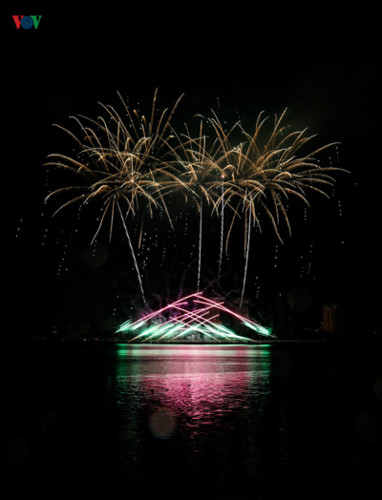finnish and italian teams display spectacular fireworks at 2019 da nang festival hinh 9