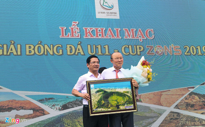 national team coach park hang-seo receives warm reception in quang ngai hinh 10