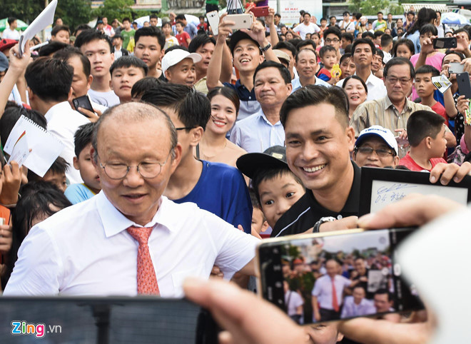 national team coach park hang-seo receives warm reception in quang ngai hinh 1