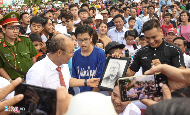 national team coach park hang-seo receives warm reception in quang ngai hinh 2