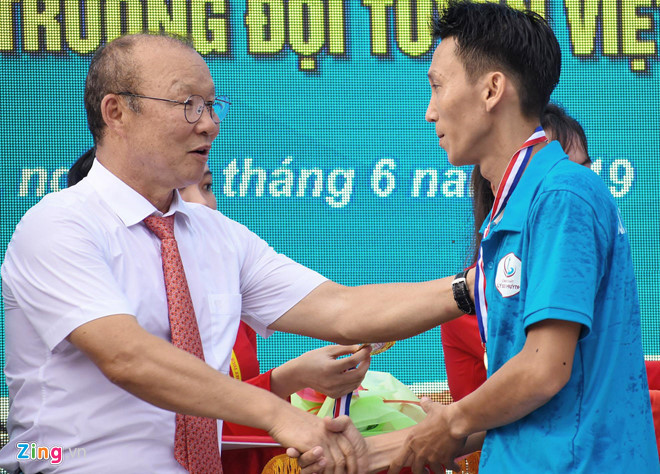 national team coach park hang-seo receives warm reception in quang ngai hinh 5