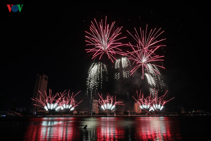 british and chinese teams display spectacular fireworks for da nang festival hinh 10