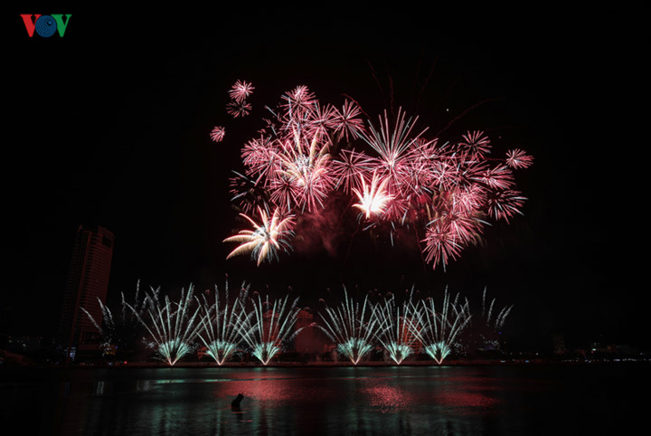 british and chinese teams display spectacular fireworks for da nang festival hinh 11