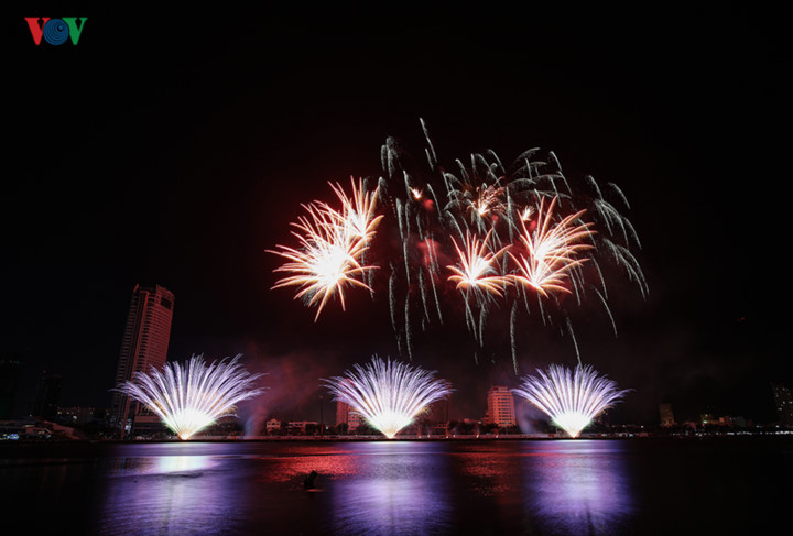 british and chinese teams display spectacular fireworks for da nang festival hinh 12