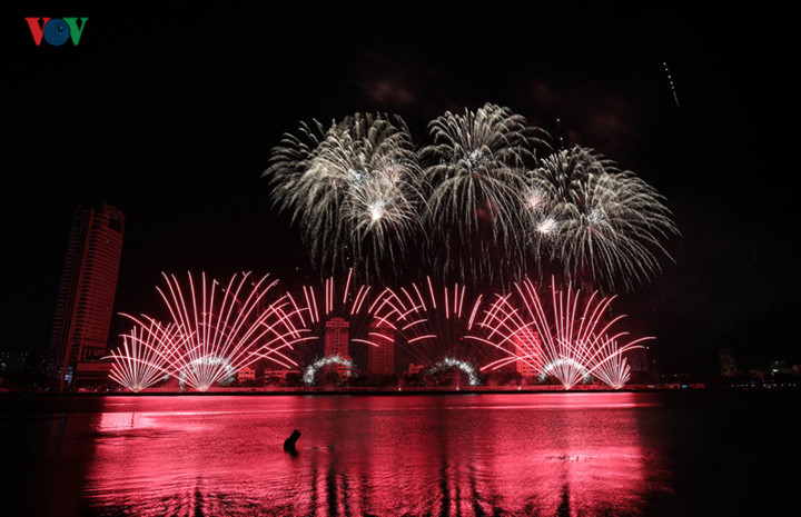 british and chinese teams display spectacular fireworks for da nang festival hinh 13