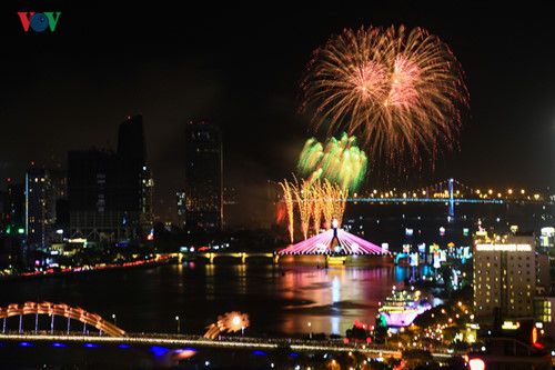 british and chinese teams display spectacular fireworks for da nang festival hinh 15