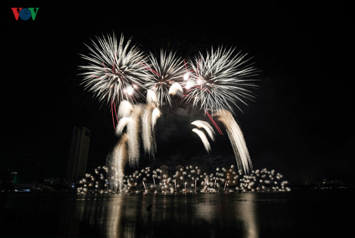 british and chinese teams display spectacular fireworks for da nang festival hinh 16
