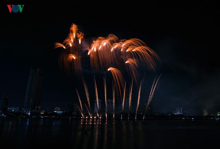 british and chinese teams display spectacular fireworks for da nang festival hinh 18