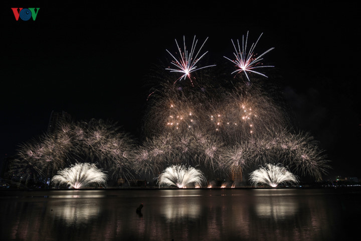 british and chinese teams display spectacular fireworks for da nang festival hinh 1