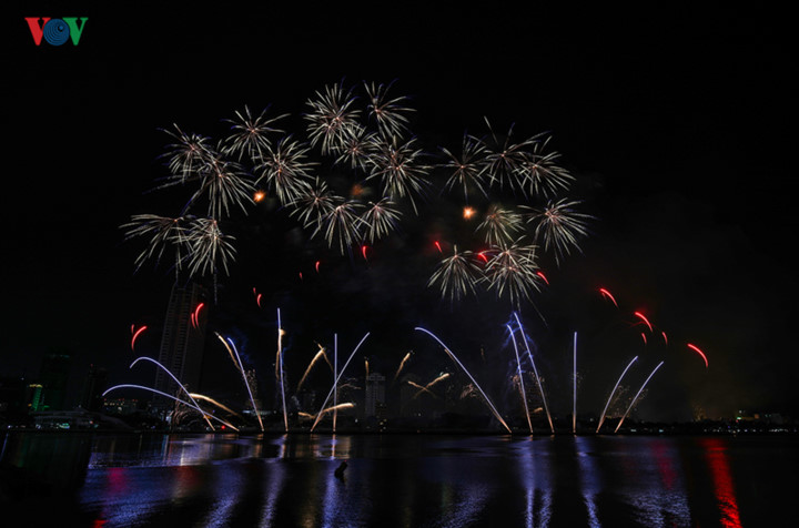 british and chinese teams display spectacular fireworks for da nang festival hinh 20