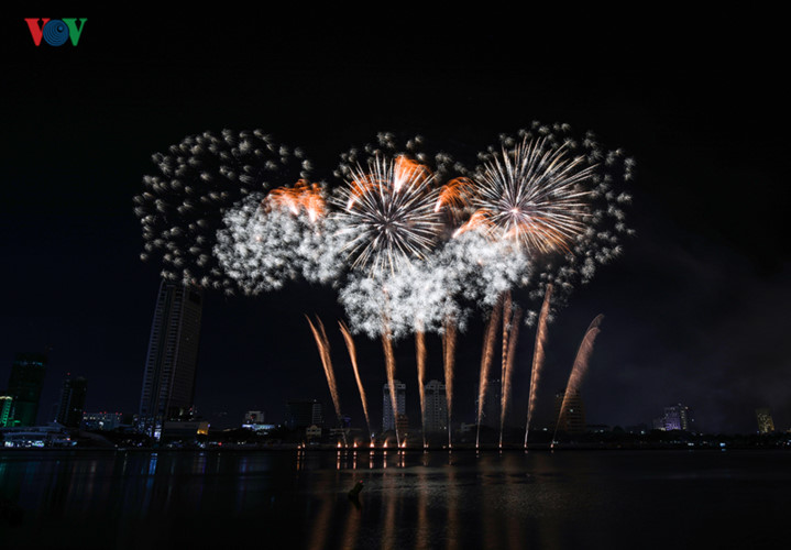 british and chinese teams display spectacular fireworks for da nang festival hinh 21