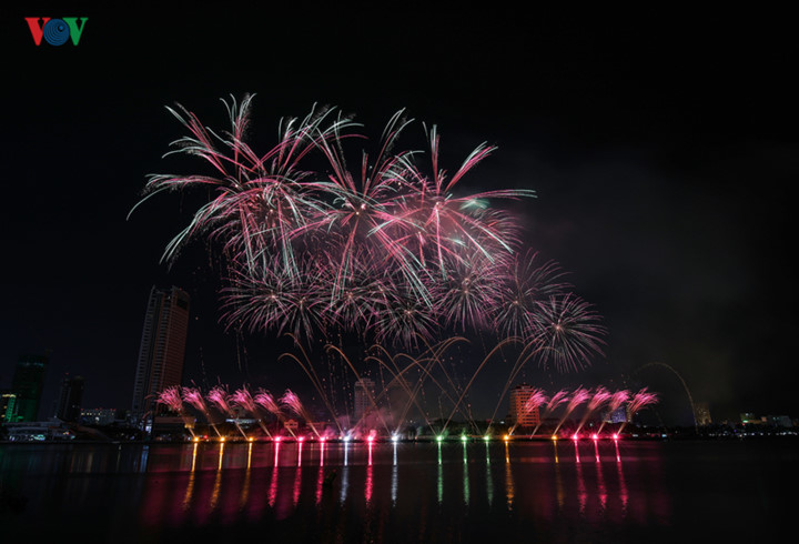 british and chinese teams display spectacular fireworks for da nang festival hinh 22