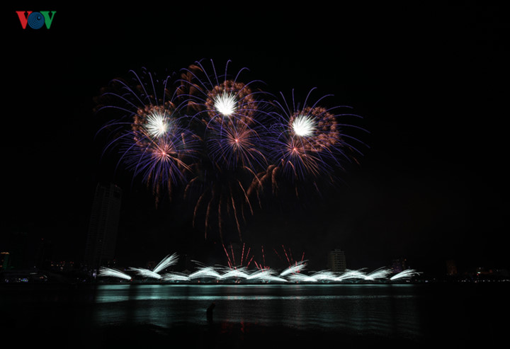 british and chinese teams display spectacular fireworks for da nang festival hinh 23