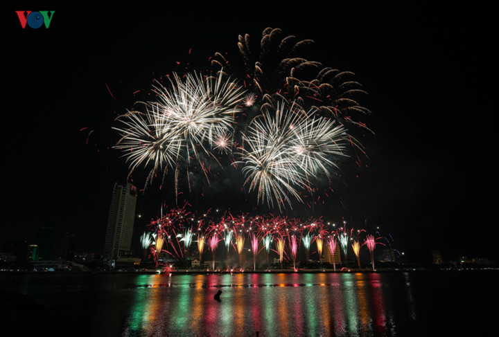 british and chinese teams display spectacular fireworks for da nang festival hinh 25