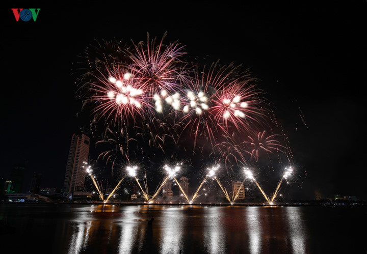 british and chinese teams display spectacular fireworks for da nang festival hinh 27