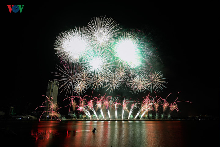 british and chinese teams display spectacular fireworks for da nang festival hinh 28