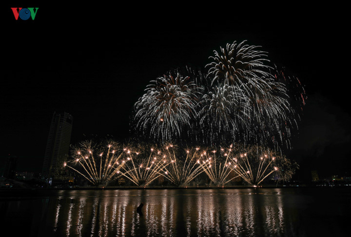 british and chinese teams display spectacular fireworks for da nang festival hinh 2