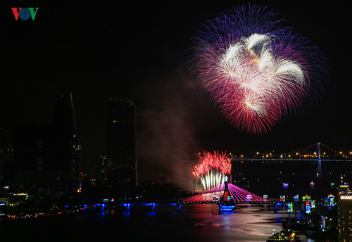 british and chinese teams display spectacular fireworks for da nang festival hinh 30