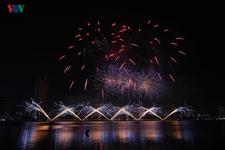 british and chinese teams display spectacular fireworks for da nang festival hinh 3