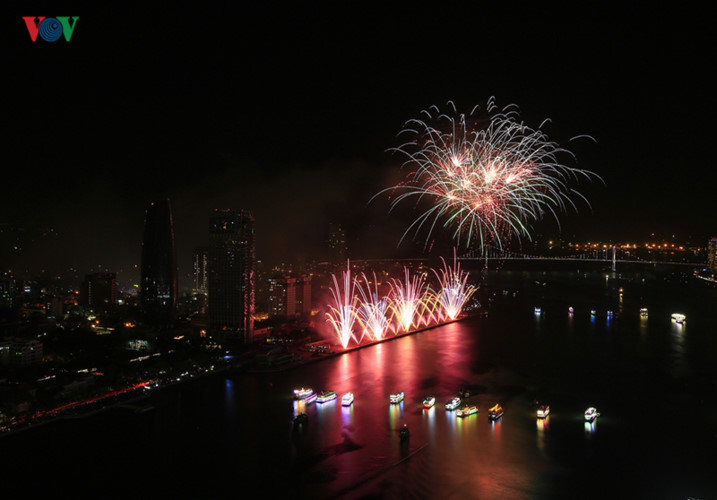 british and chinese teams display spectacular fireworks for da nang festival hinh 4