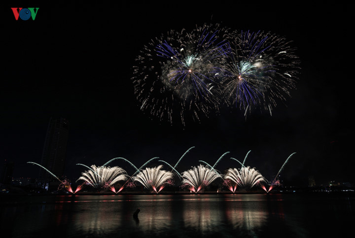 british and chinese teams display spectacular fireworks for da nang festival hinh 5