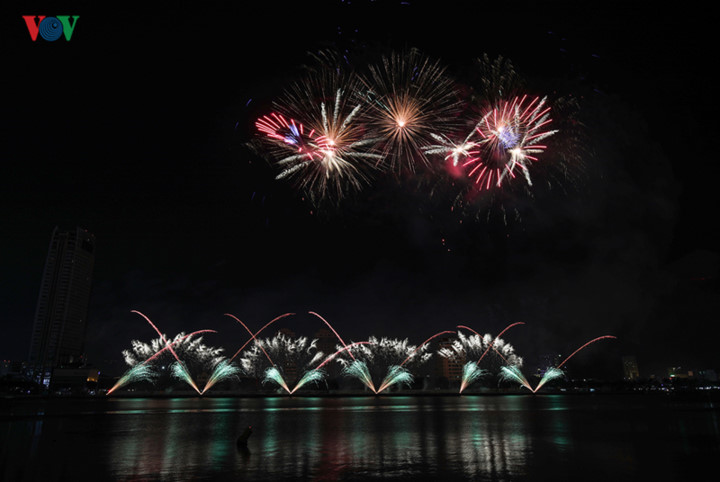 british and chinese teams display spectacular fireworks for da nang festival hinh 6