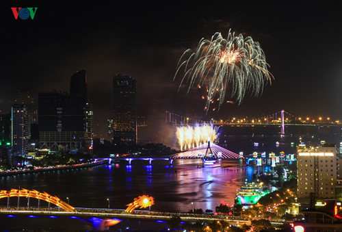 british and chinese teams display spectacular fireworks for da nang festival hinh 8
