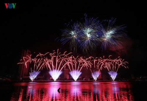 british and chinese teams display spectacular fireworks for da nang festival hinh 9