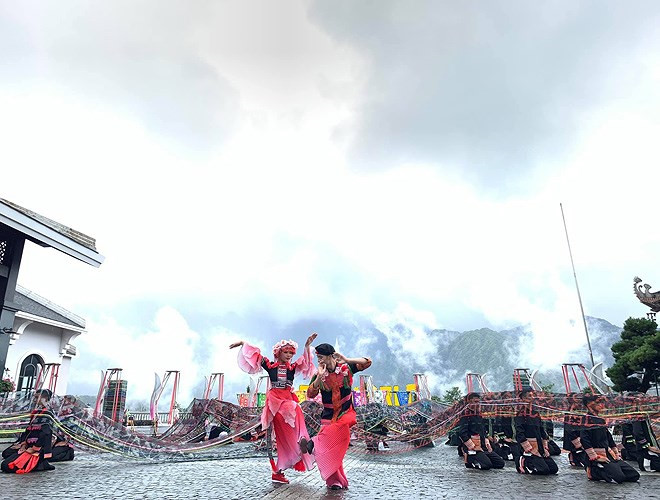 ethnic dancing festival held on the peak of fansipan excites crowds hinh 1